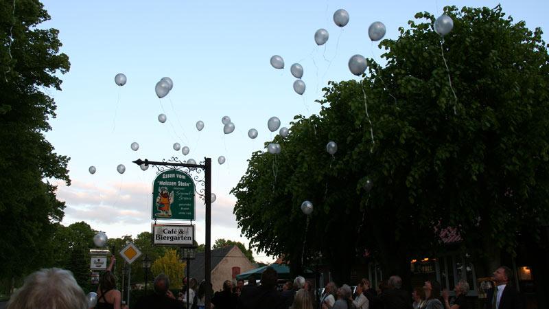 Ballons an einer Familienfeier steigen lassen